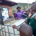 distribution eau potable Sunwaterlife école Kenya